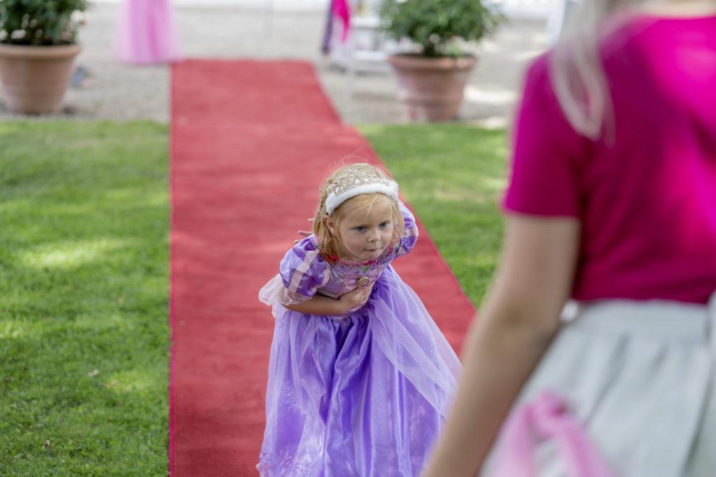Meisje in prinsessenjurk maakt buiging