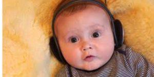 Baby met koptelefoon