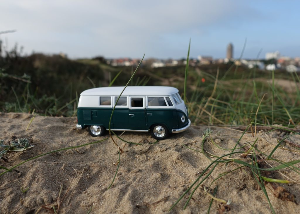 Een Volkswagenbusje in de duinen