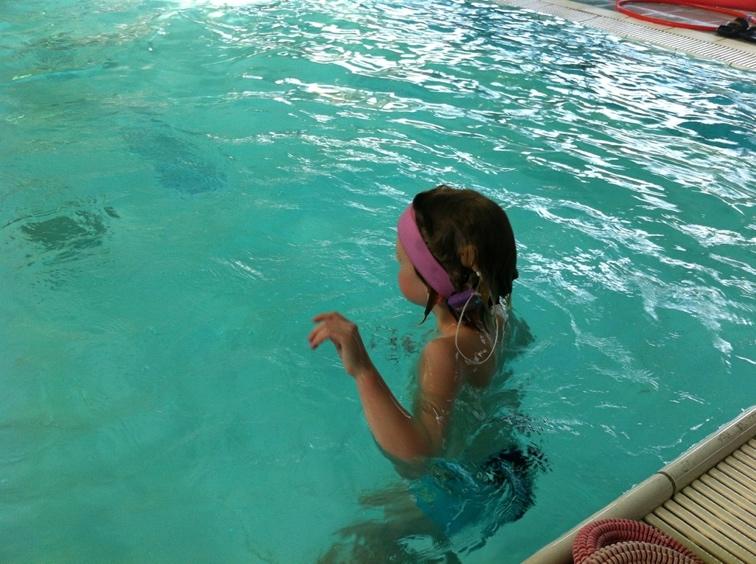 Ellis met CI's in zwembad
