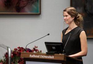 Helen Blom staat tijdens haar promotie achter de lessenaar