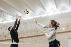 twee mensen volleyballen